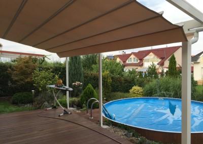 Hliníková pergola bílá se skleněnou střechou a markýzou